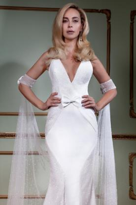 שמלת כלה מחשוף עמוק ופפיון