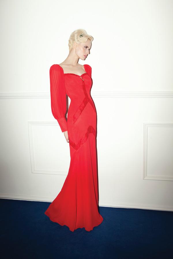 שמלת ערב אדומה מחשוף לב