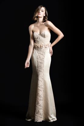 שמלת ערב סטרפלס וחגורת פרחים