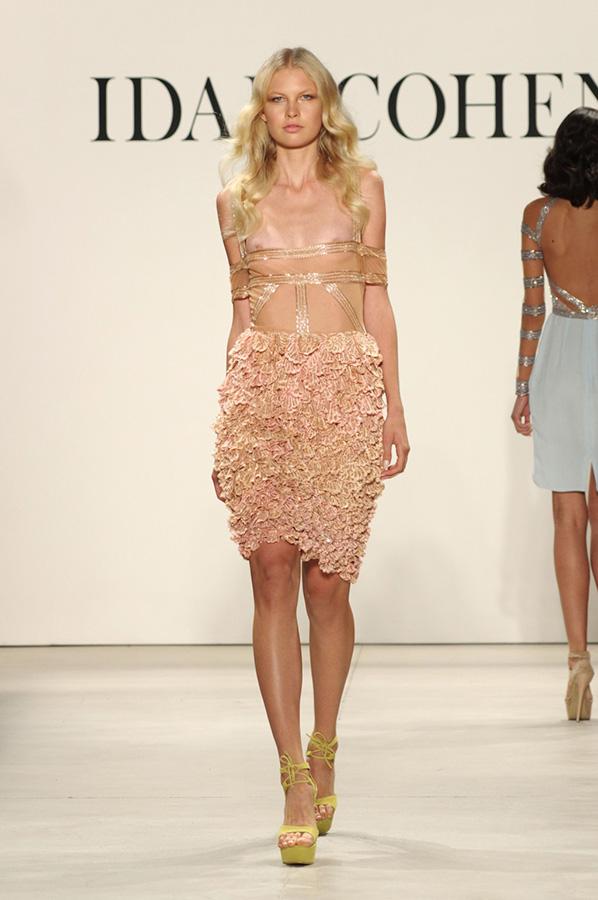 שמלת ערב אוף שולדר קפלים מיוחדת
