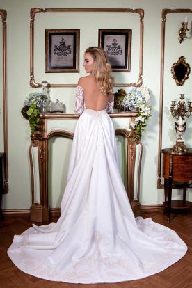 שמלת כלה שרוולי תחרה ושובל רחב