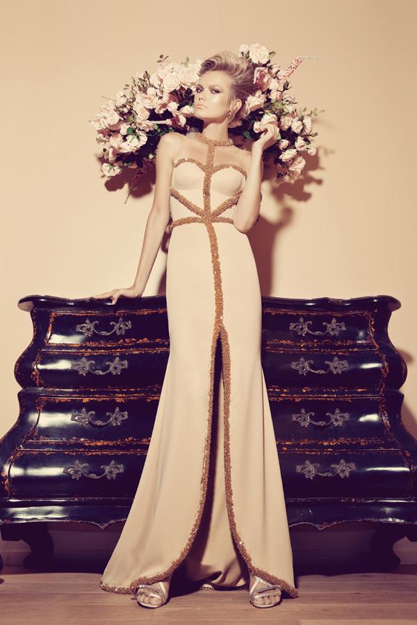 שמלת ערב קולר שסע וקווי חרוזים