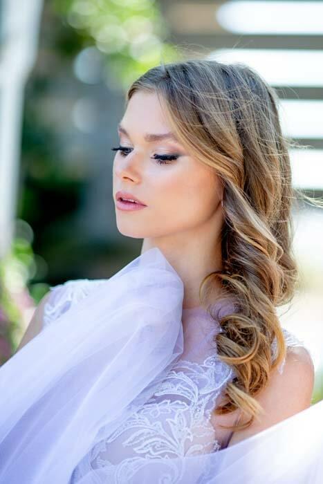 איפור ושיער: איפור כלות, תסרוקת כלה, תסרוקת שיער פזור, תסרוקת לשיער גלי, שיער בלונדיני, איפור במראה טבעי - קארין חזוט- איפור ושיער