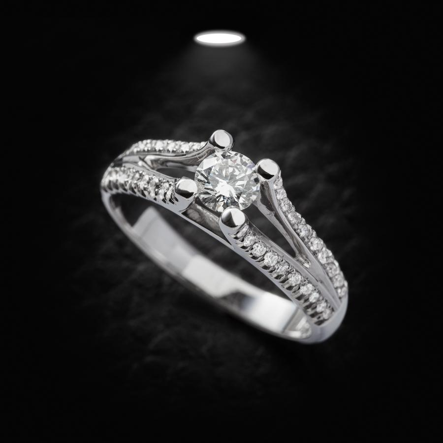 טבעת אירוסין יהלום על גשר
