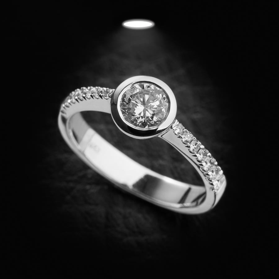 טבעת אירוסין יהלום מוקף זהב לבן