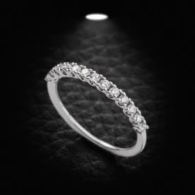טבעת אירוסין משובצת עדינה