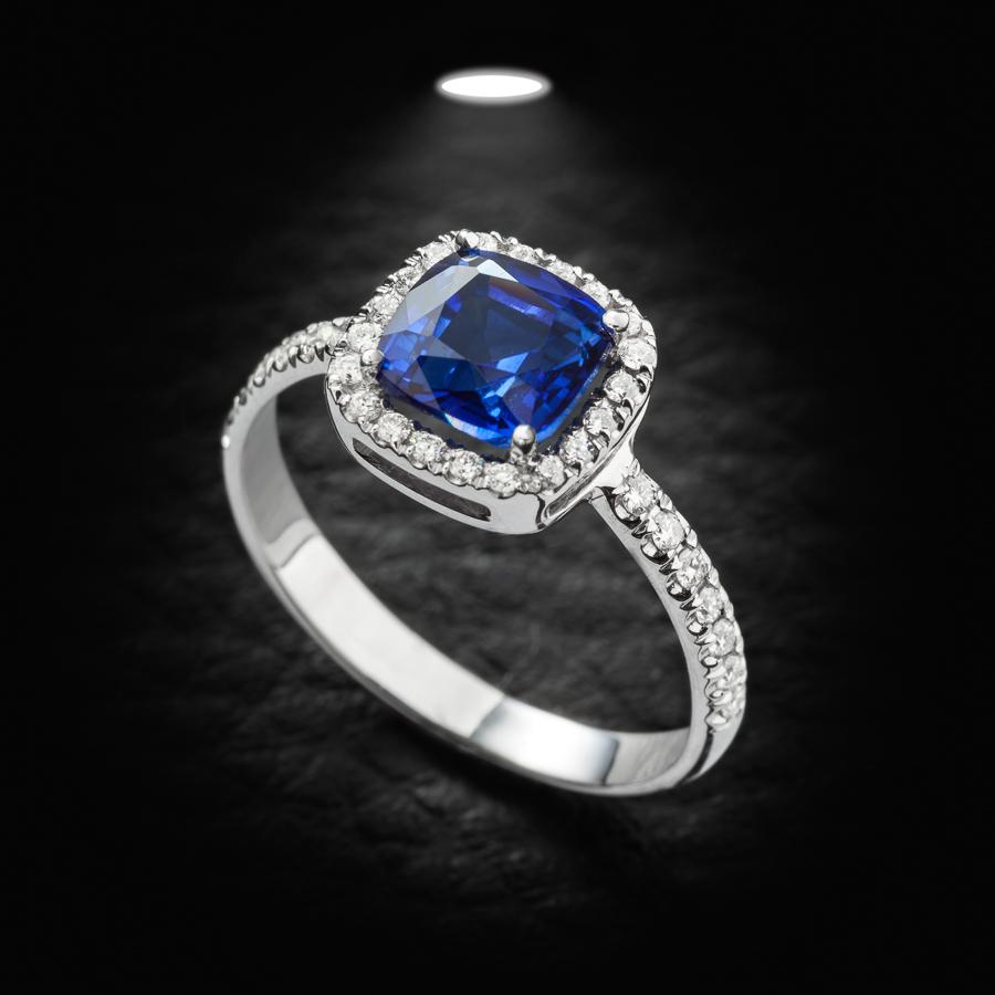 טבעת אירוסין עם יהלום כחול