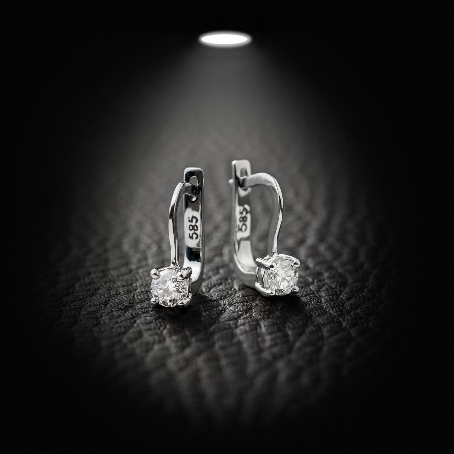 עגילים תלויים עם יהלום עגול