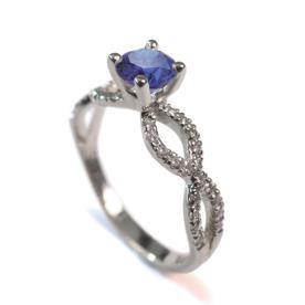 טבעת משובצת יהלומים וספיר