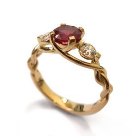 טבעת קלועה משובצת רובי