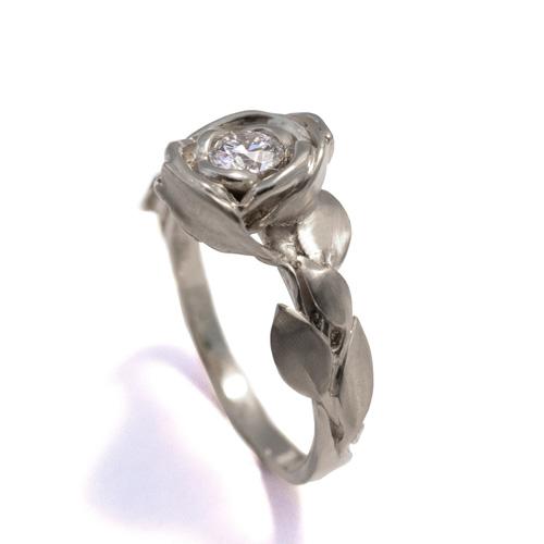טבעת כסף מעוטרת פרח