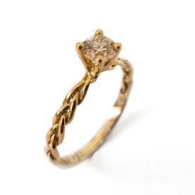 טבעת סוליטייר זהב קלועה