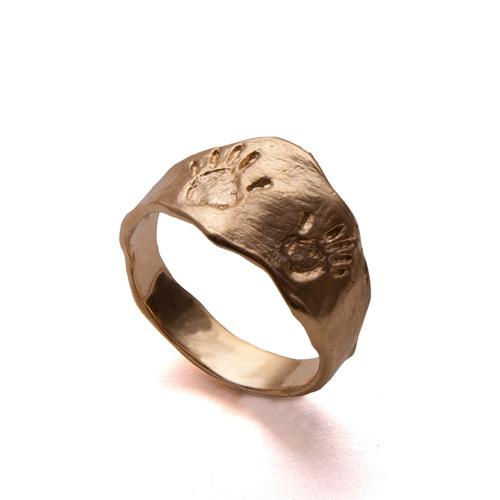 טבעת נישואין עם טביעות יד