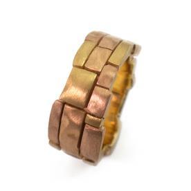 טבעת אירוסין מעוטרת ריבועים