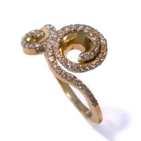 טבעת עדינה מעוטרת יהלומים