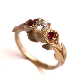 טבעת משובצת אבני רובי