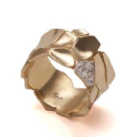 טבעת רחבה מעוטרת יהלומים