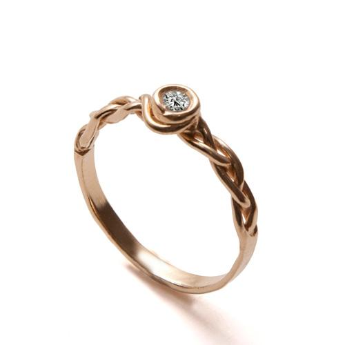 טבעת אירוסין קלועה משובצת