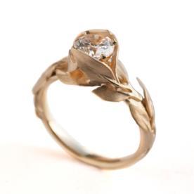 טבעת אירוסין עדינה מעוטרת עלים
