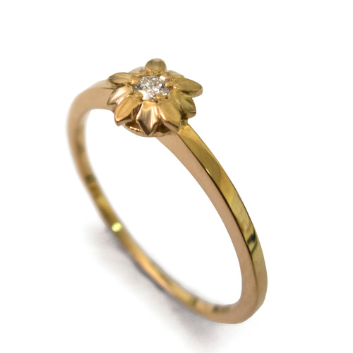 טבעת עדינה מעוטרת פרח