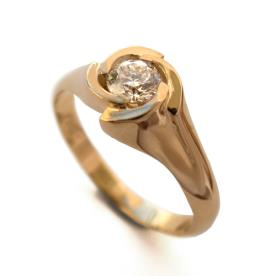 טבעת סימטרית משובצת יהלום