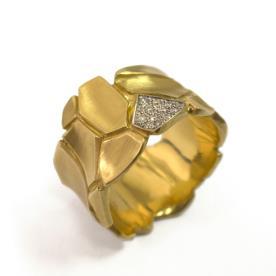 טבעת זהב עבה מעוטרת יהלומים