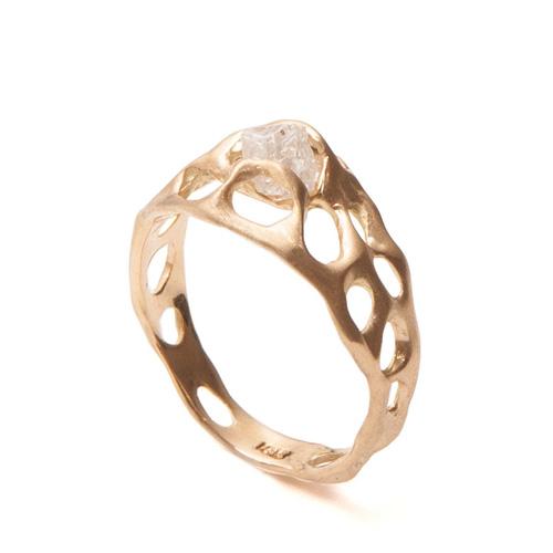 טבעת מחוררת משובצת קוורץ