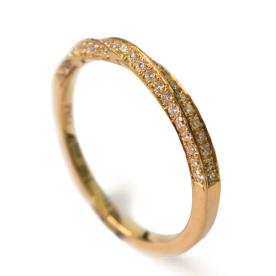 טבעת טוויסט משובצת יהלומים