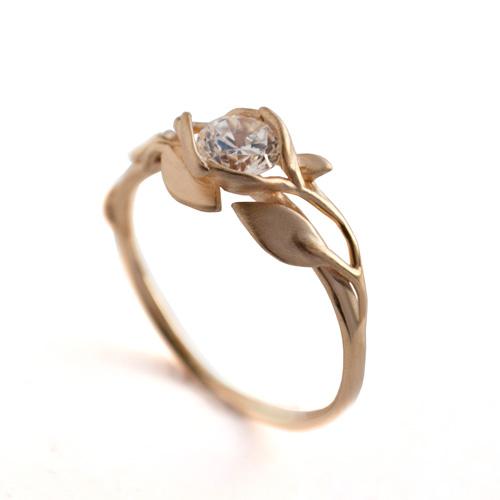 טבעת אירוסין עדינה משובצת