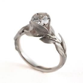 טבעת כסף מעוטרת עלים