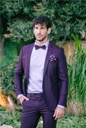 חליפת חתן: חליפת שלושה חלקים, חליפה בגזרה ישרה, חליפה בדוגמה חלקה, חליפה בצבע חציל - אופנת סגל