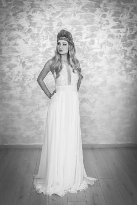 שמלת כלה מקסי עם מחשוף עמוק
