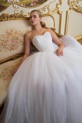 שמלת כלה: קולקציית 2016, שמלה בסגנון רומנטי, שמלה בסגנון קלאסי, שמלה נפוחה, שמלה עם תחרה, שמלה עם טול, שמלה עם מחשוף, שמלה עם מחוך, שמלה עם כיווצים, שמלה בצבע לבן, שמלת מקסי - כמיל שאהין