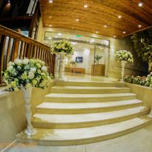 כניסת אולם מדרגות ופרחים