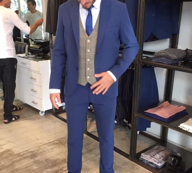 חליפה כחולה בשילוב וסט בצבע בז'