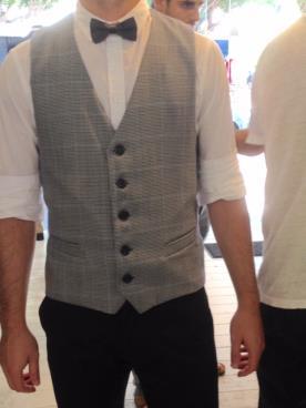 וסט בשילוב חולצה אלגנטית ועניבת פפיון