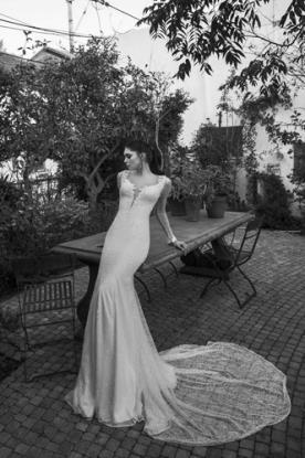 שמלת כלה עדינה מחשוף ושובל