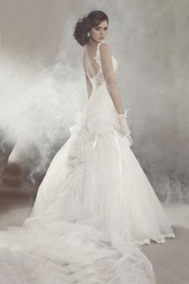 שמלת כלה נפוחה גב פתוח ושובל