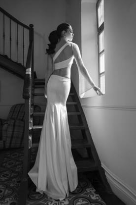 שמלת כלה נועזת גב חשוף אסימטרי