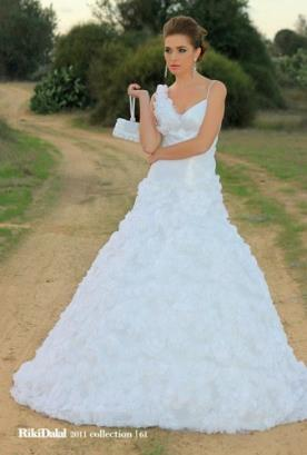 שמלת כלה נפוחה עם פרחים