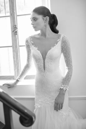 שמלת כלה מחשוף עמוק ושיפון