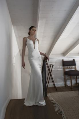 שמלת כלה נשפכת מחשוף עמוק