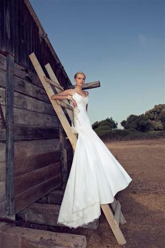 שמלת כלה צמודה עם תחרה בצד