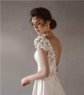 שמלת כלה עם שרוולים קצרים - מבט מהצד