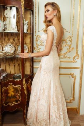 שמלת כלה: שמלה עם כתפיות עבות, שמלה בסגנון רומנטי, שמלה בסגנון קלאסי, שמלה בסגנון עדין, שמלה עם תחרה, שמלה עם חרוזים, שמלת משי, שמלה בגזרת A, שמלה עם גב חשוף, שמלה בצבע שמנת, שמלה בצבע ורוד, שמלת מקסי - אופק סנאא -סלון כלות ofek&snna
