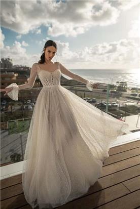 שמלת כלה: קולקציית 2020, שמלה עם כתפיות דקות, שמלה בסגנון רומנטי, שמלה עם תחרה, שמלה עם מחשוף, שמלה בצבע לבן - Inna Bridal Studio