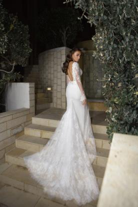 שמלת כלה עם שרוולים ארוכים ומחשוף גב