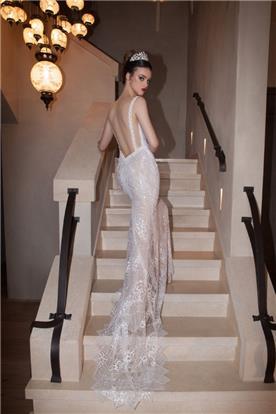 שמלה אלגנטית וחשופה מתחרה שקופה