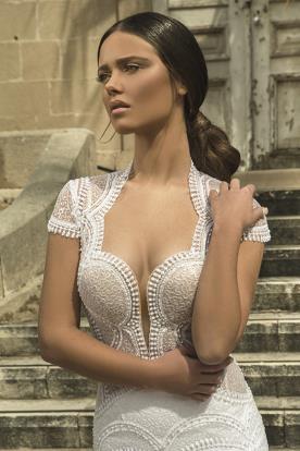 שמלת כלה עם מחשוף מרובע מחמיא