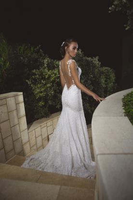שמלת כלה עם פתח עמוק בגב בצורת משולש